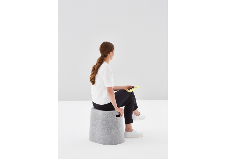 Moving Stool grau mit Model _2_ 880x620
