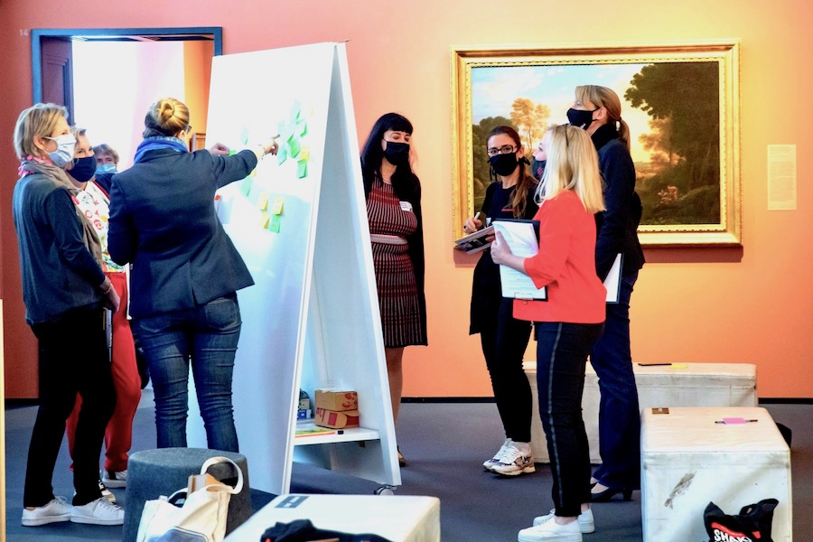 creative-workshop-with-mobile-and-magnetic-whiteboard-by-moving-walls