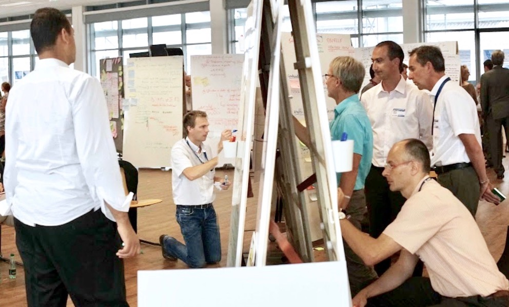 teamwork-bei-design-thinking-workshop-mit-magnetischen-whiteboards-von-moving-walls